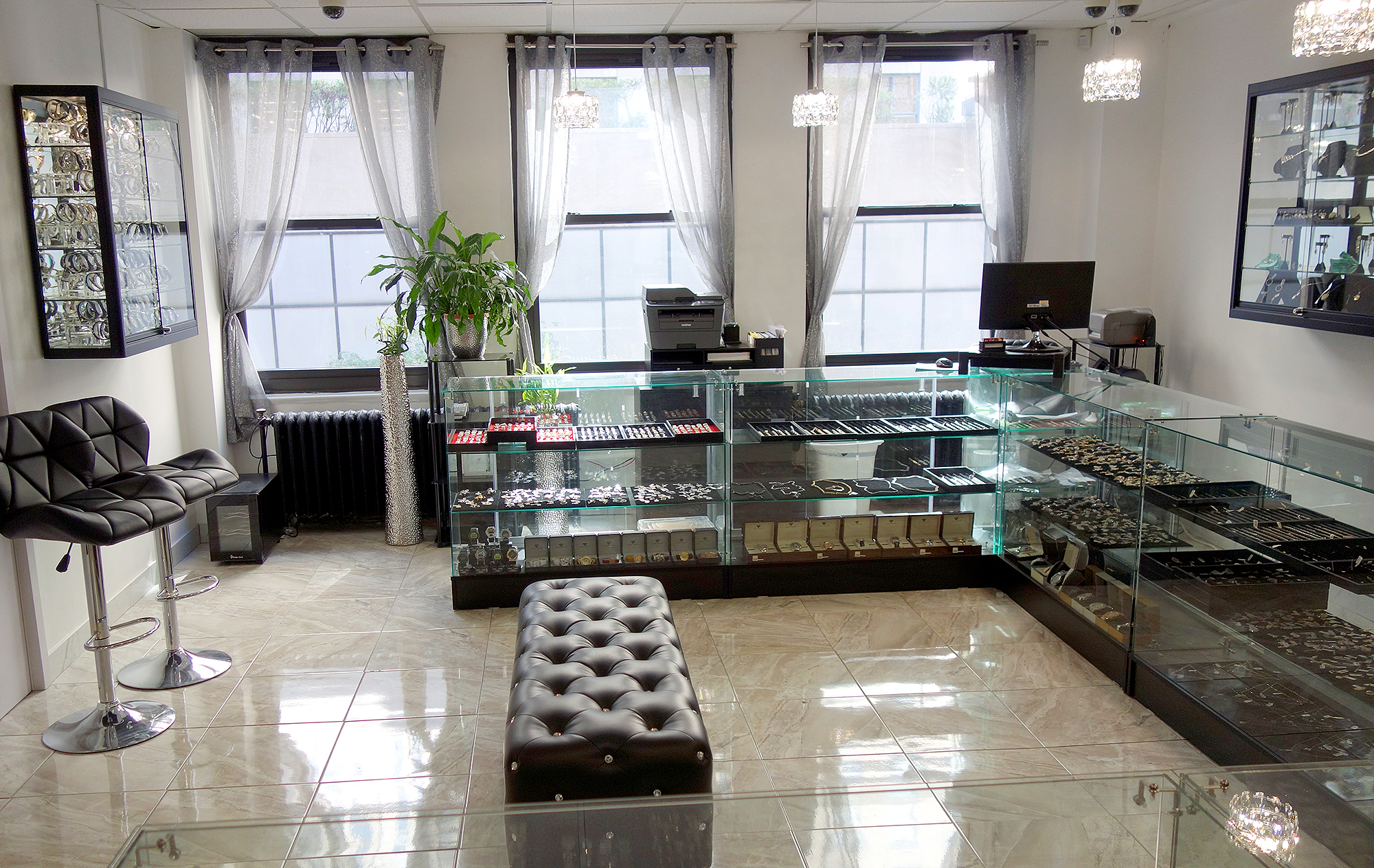 ItsHot.com Diamond Jewelry Showroom view #3